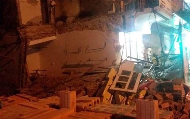 Ngôi nhà 2 tầng giữa khu phố sầm uất bất ngờ đổ sập - 2