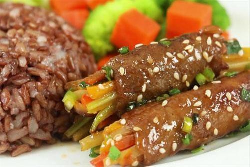 Khéo tay làm thịt bò cuộn rau củ nướng đổi vị cho cả nhà.