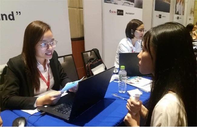 Học sinh Việt Nam tham khảo