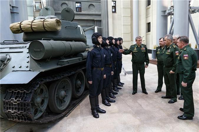 Trong ảnh là Bộ trưởng Quốc phòng Nga Sergey Shoigu được giới thiệu kíp lái mới của xe tăng T-34/85 thuộc sư đoàn Kantemirovskaya trong một cuộc họp của Ủy ban Quốc phòng Nga tại Moscow vào cuối tháng 2 vừa qua. Nguồn ảnh: Bộ Quốc phòng Nga.