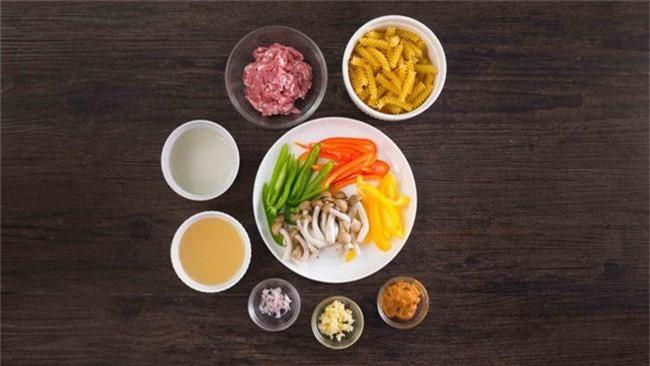 Nếu quá bận rộn, bữa tối chỉ cần nấu món nui thịt bằm thế này là ngon lành lắm rồi - Ảnh 1.