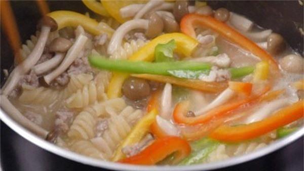 Nếu quá bận rộn, bữa tối chỉ cần nấu món nui thịt bằm thế này là ngon lành lắm rồi - Ảnh 5.