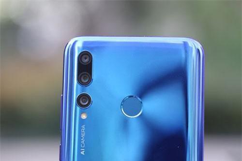 Điểm nhấn đáng chú ý nhất của Huawei Enjoy 9s là việc nó được trang bị 3 camera sau. Trong đó, cảm biến chính 24 MP, khẩu độ f/1.8 cho khả năng lấy nét theo pha, ống kính 16 MP, f/2.4 giúp chụp ảnh góc rộng 117 độ. Cảm biến 2 MP, f/2.4 cho phép chụp ảnh xóa phông. Ba camera này có đèn flash LED trợ sáng, quay video Full HD.