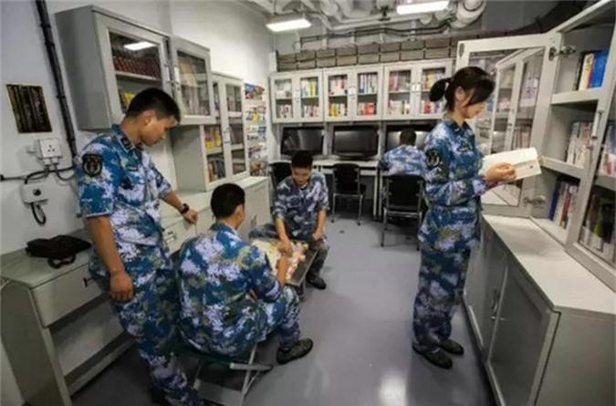 Linh Trung Quoc song ra sao tren khu truc ham Type 052D?-Hinh-9