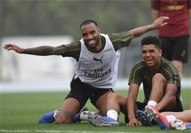 Ozil tập luyện chăm chỉ cùng Arsenal chuẩn bị giao hữu ở Dubai - 1