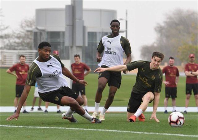 Ozil tập luyện chăm chỉ cùng Arsenal chuẩn bị giao hữu ở Dubai - 11