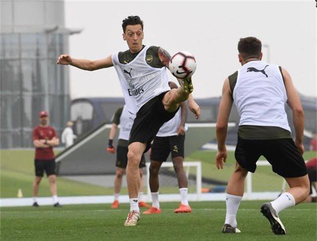 Ozil tập luyện chăm chỉ cùng Arsenal chuẩn bị giao hữu ở Dubai - 12