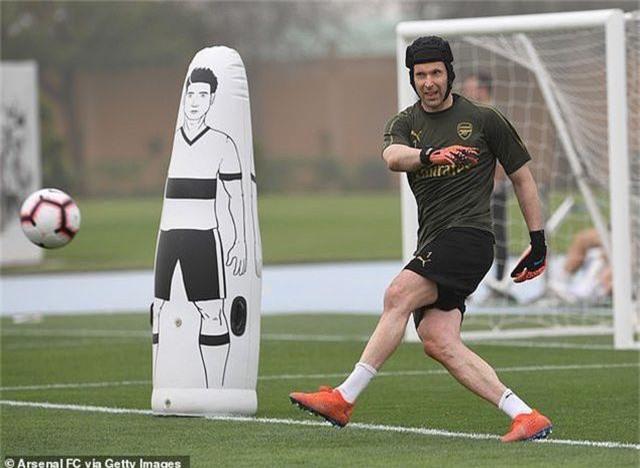 Ozil tập luyện chăm chỉ cùng Arsenal chuẩn bị giao hữu ở Dubai - 16
