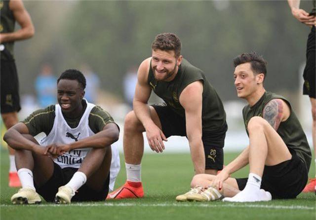 Ozil tập luyện chăm chỉ cùng Arsenal chuẩn bị giao hữu ở Dubai - 2