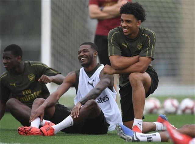 Ozil tập luyện chăm chỉ cùng Arsenal chuẩn bị giao hữu ở Dubai - 3