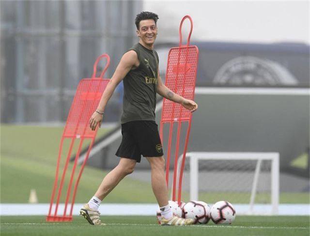 Ozil tập luyện chăm chỉ cùng Arsenal chuẩn bị giao hữu ở Dubai - 4