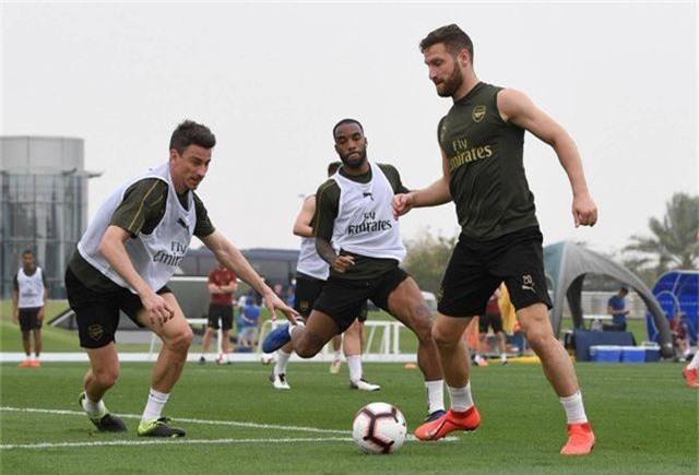 Ozil tập luyện chăm chỉ cùng Arsenal chuẩn bị giao hữu ở Dubai - 9