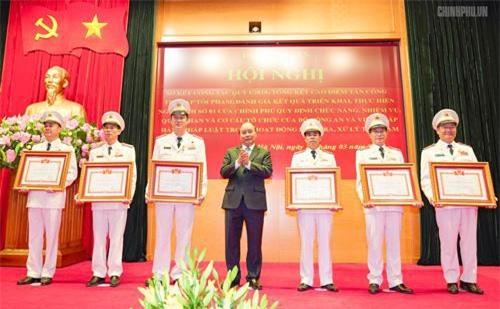 Thủ tướng trao danh hiệu chiến sĩ thi đua toàn quốc cho các cá nhân - Ảnh: VGP/Quang Hiếu.