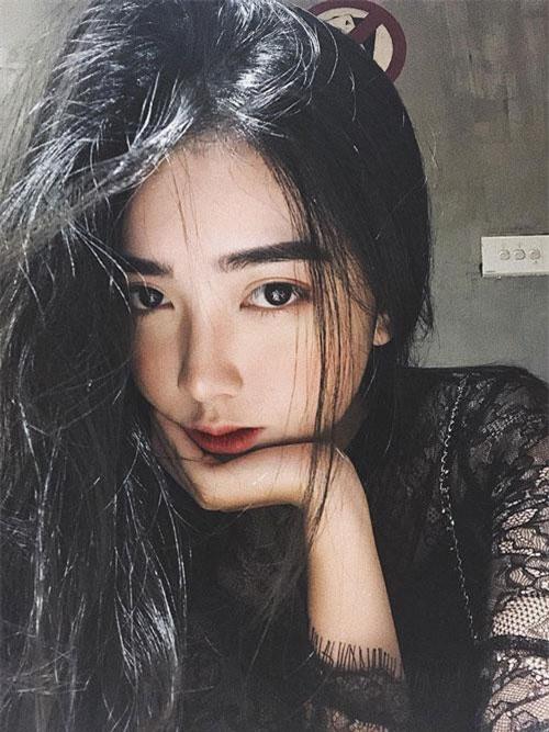 Bạn gái Đức Chinh gây chú ý với dôi mắt to tròn, sống mũi cao, làn da trắng sứ cùng vóc dáng hoàn hảo.