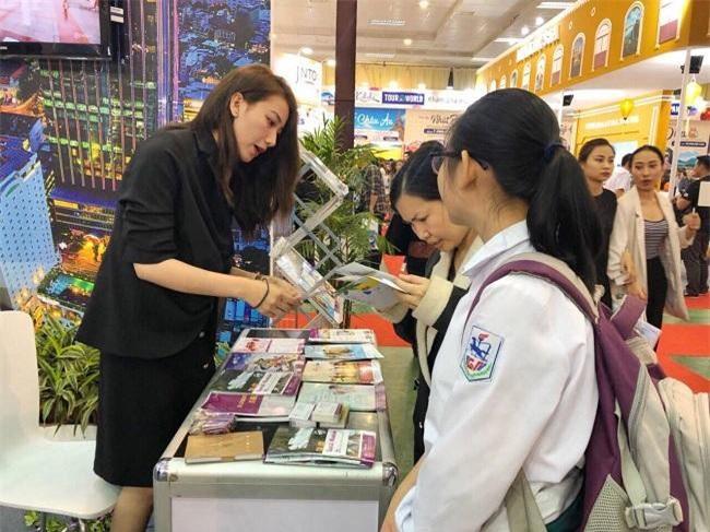 Nhân viên TTC Hospitality giới thiệu với khách tham quan tại Hội chợ Du lịch quốc tế 2019 (Ảnh: TL)