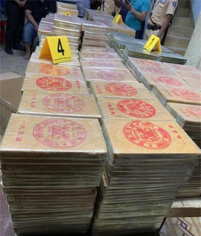 Bắt xe bán tải chở 900 bánh ma tuý ở cửa ngõ Sài Gòn