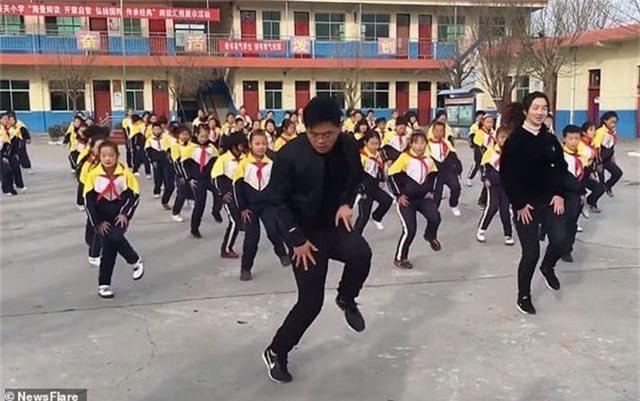 Trung Quốc: Thầy hiệu trưởng hướng dẫn toàn trường tập nhảy mỗi ngày giờ thế nào? - 1