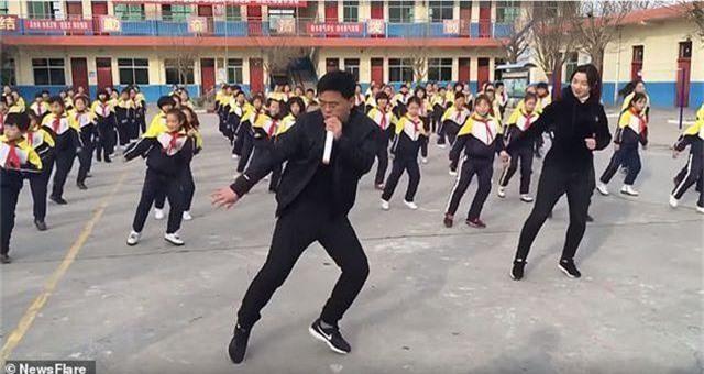 Trung Quốc: Thầy hiệu trưởng hướng dẫn toàn trường tập nhảy mỗi ngày giờ thế nào? - 3