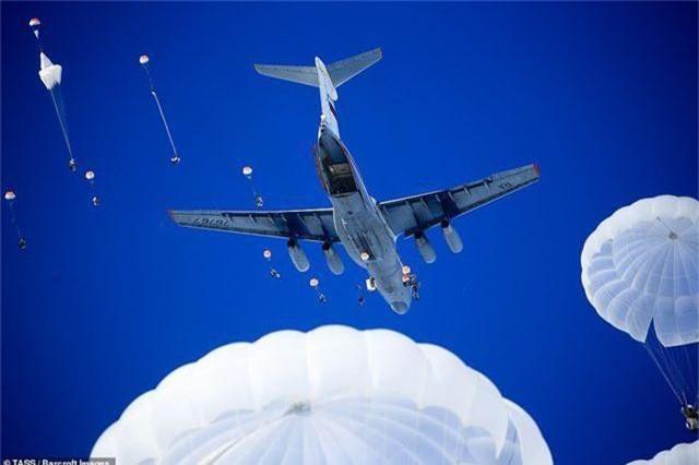 Video cuộc tập trận rầm rộ của lực lượng nhảy dù Nga - 1