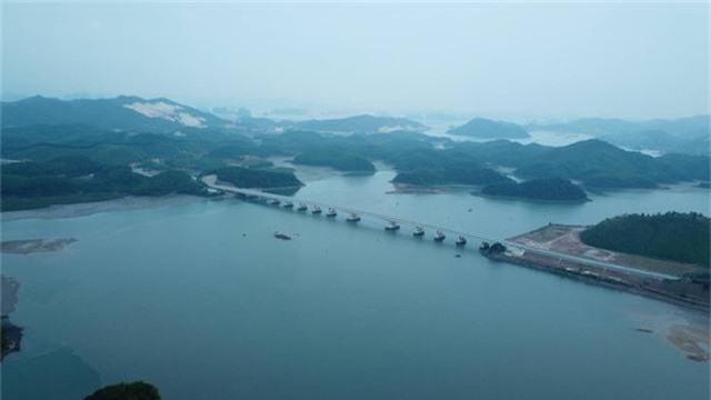 Vịnh Hạ Long nằm trong Top những kỳ quan thiên nhiên đẹp nhất thế giới - Ảnh 1.