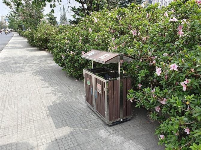 Các thùng rác được thiết kế trang nhã, thẩm mỹ, phù hợp với thành phố du lịch (Ảnh: VH)