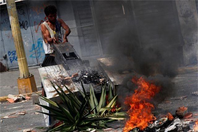 Cơn giận dữ của người Venezuela khi cuộc sống chìm trong bóng tối - 1