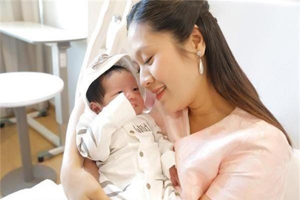Vợ chồng Thanh Thúy - Đức Thịnh 10 năm thay 20 người giúp việc và hiện chi 26 triệu mỗi tháng cho ba giúp việc cùng lúc để chăm con - Ảnh 1.