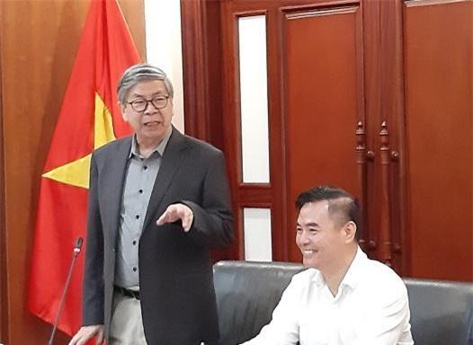 GS Đặng Vũ Minh góp ý tại hội nghị.