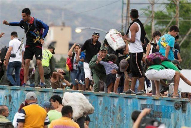 Hàng nghìn người Venezuela xé rào, vượt biên sang Colombia - 1