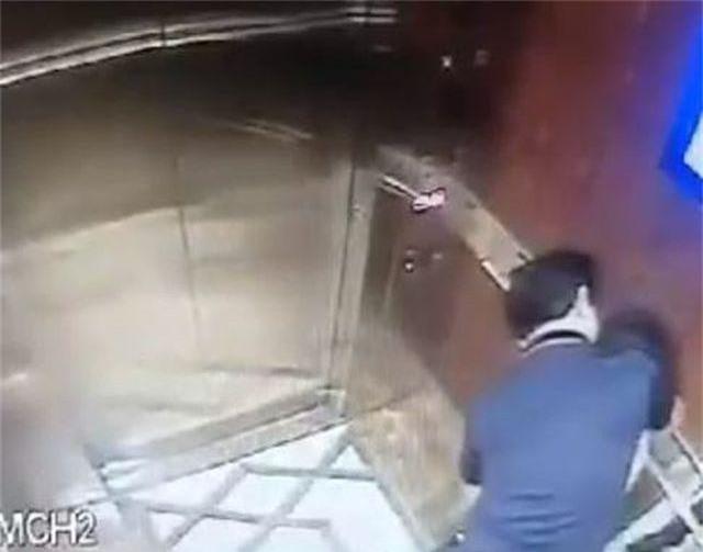 Đã xác định danh tính kẻ sàm sỡ bé gái trong thang máy chung cư - 1