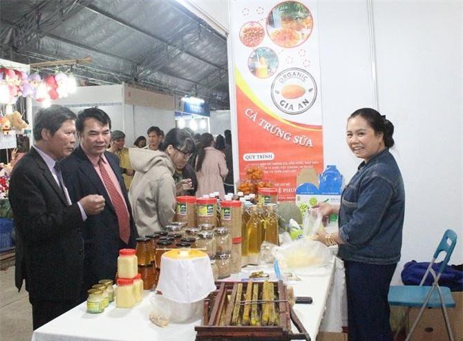 Ông S tham quan gian hàng trưng bày sản phẩm của một bạn trẻ khởi nghiệp của tỉnh Lâm Đồng (Ảnh: VH)