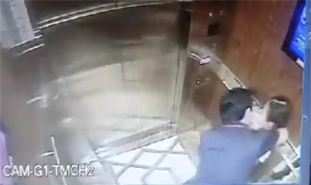 Công an xác minh clip người đàn ông dâm ô bé gái trong thang máy chung cư
