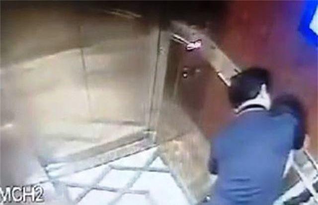 BQL chung cư kể chuyện giăng lưới nhận dạng người đàn ông sàm sỡ bé gái trong thang máy - 1