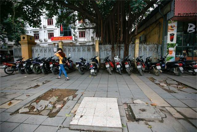 Vỉa hè lát đá trăm tỷ tại Hà Nội bong tróc hàng loạt sau 2 năm - 2