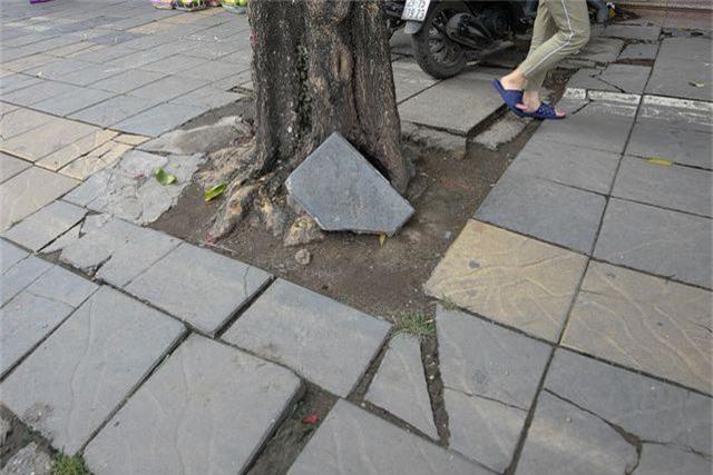 Vỉa hè lát đá trăm tỷ tại Hà Nội bong tróc hàng loạt sau 2 năm - 5