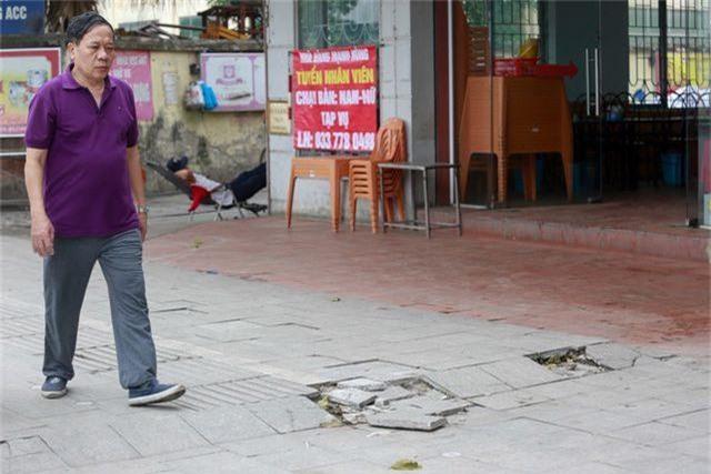 Vỉa hè lát đá trăm tỷ tại Hà Nội bong tróc hàng loạt sau 2 năm - 8