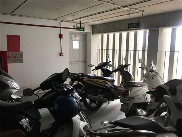 Hà Nội: Hàng loạt xe máy trong khu chung cư bị rạch nát yên - 11