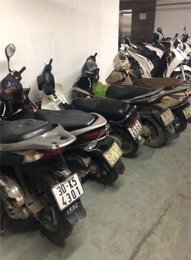 Hà Nội: Hàng loạt xe máy trong khu chung cư bị rạch nát yên - 12