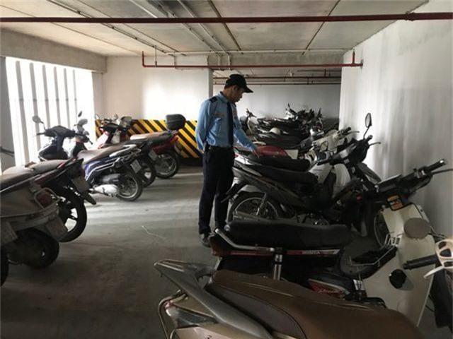 Hà Nội: Hàng loạt xe máy trong khu chung cư bị rạch nát yên - 5