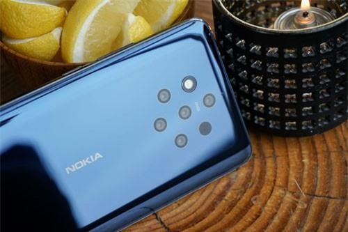 Nokia 9 PureView chính là smartphone đầu tiên trên thế giới sở hữu tới 5 camera sau. Cả 5 ống kính này đều được sản xuất bởi hãng Zeiss với độ phân giải 12 MP, khẩu độ f/1.8. Trong đó có 2 ống kính chụp ảnh màu và 3 ống kính chụp hình đơn sắc. Khi chụp ảnh trên Nokia 9 PureView, cả 5 ống kính sẽ chụp cùng lúc với 5 mức độ phơi sáng khác nhau. Tiếp đến, chip xử lý hình ảnh chuyên dụng sẽ ghép 5 bức hình này thành 1 ảnh duy nhất có độ chi tiết cao nhất. Cụm camera sau này được trang bị đèn flash LED kép, quay video 4K.