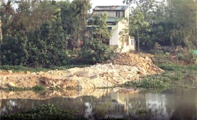 Sông thoát lũ bị bức tử, người dân hạ nguồn bức xúc - 2