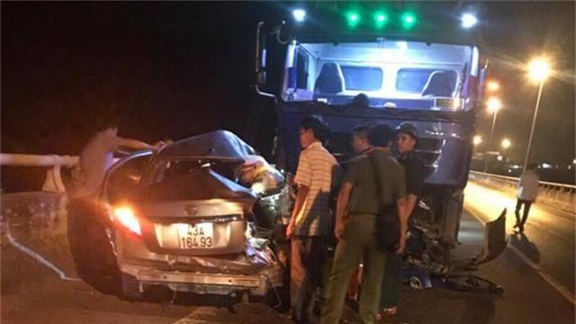 Xe con vượt ẩu, 5 người ngồi trong xe thương vong - 1
