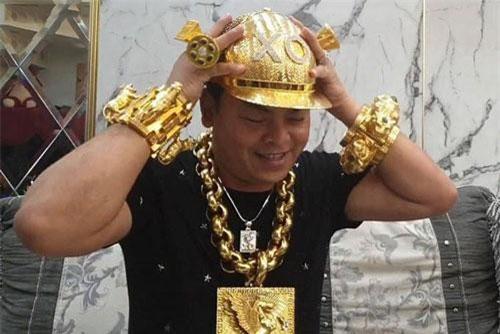Cận cảnh chiếc mũ vàng của đại gia Phúc XO.