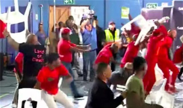 Các nghị sĩ Nam Phi choảng nhau trên sóng truyền hình - 1