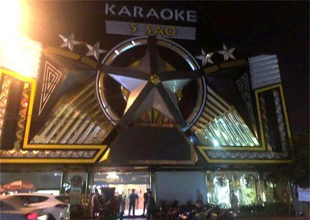 """Quán karaoke chứa """"bom xăng"""", """"dao phóng lợn"""" và ma tuý - 1"""