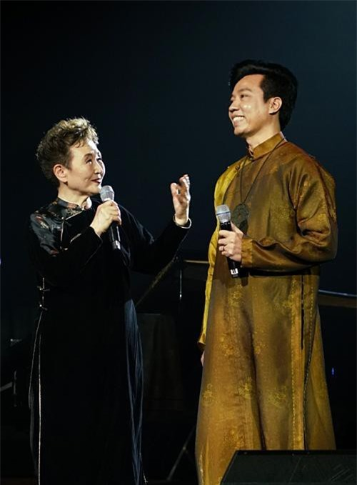 Danh ca Nhật Bản - Kato Tokiko trò chuyện cùng ca sĩ Tấn Sơn trong chương trình tại Nhà hát Thành Phố