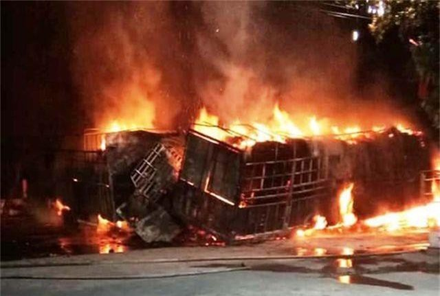 Hai ô tô bốc cháy dữ dội, 2 người bị thiêu cháy, quốc lộ tắc kinh hoàng - 1