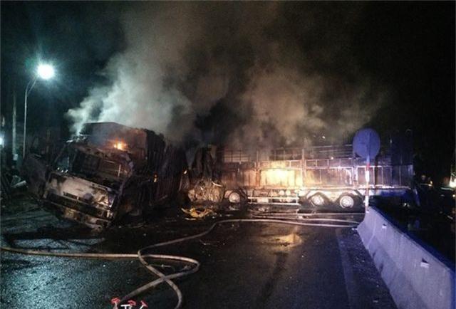 Hai ô tô bốc cháy dữ dội, 2 người bị thiêu cháy, quốc lộ tắc kinh hoàng - 2