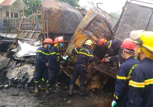 Hai ô tô bốc cháy dữ dội, 2 người bị thiêu cháy, quốc lộ tắc kinh hoàng - 6
