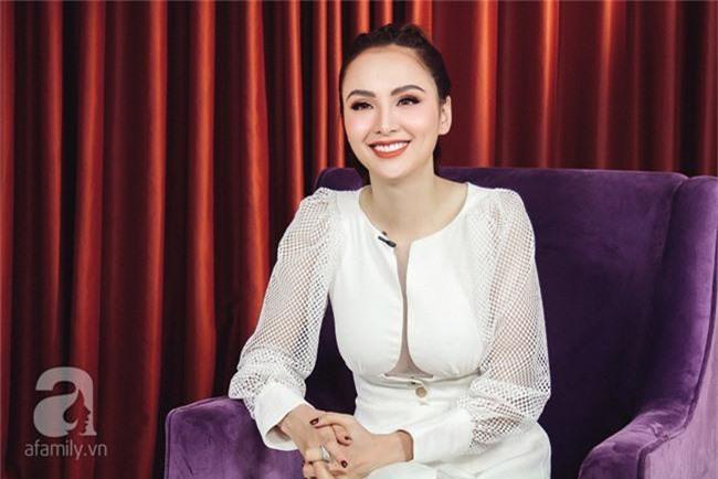 Phản ứng khiến ai cũng nhói lòng của Anh Vũ khi được Hoa hậu Diễm Hương làm giúp bộ răng đẹp miễn phí - Ảnh 1.